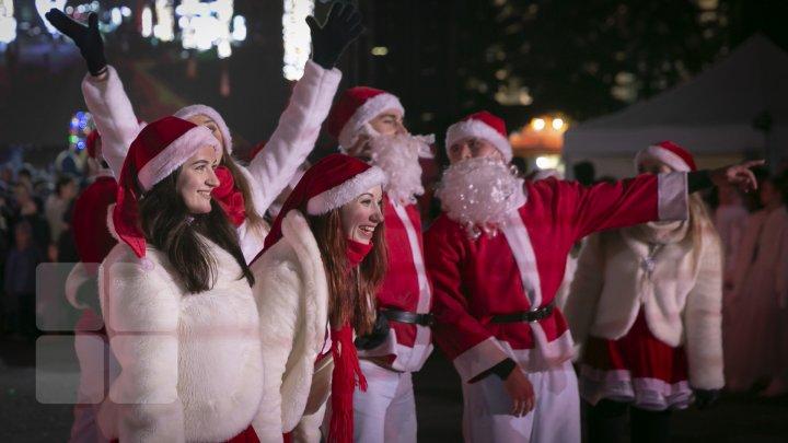 CAPITALA, GATA DE SĂRBĂTORI: Pomul de Crăciun, inaugurat cu mult fast (FOTO)