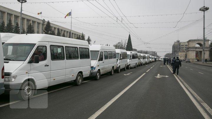 """""""Ne faceți să plecăm din țară!"""" Reacția internauților după ce s-a scumpit transportul de pasageri"""