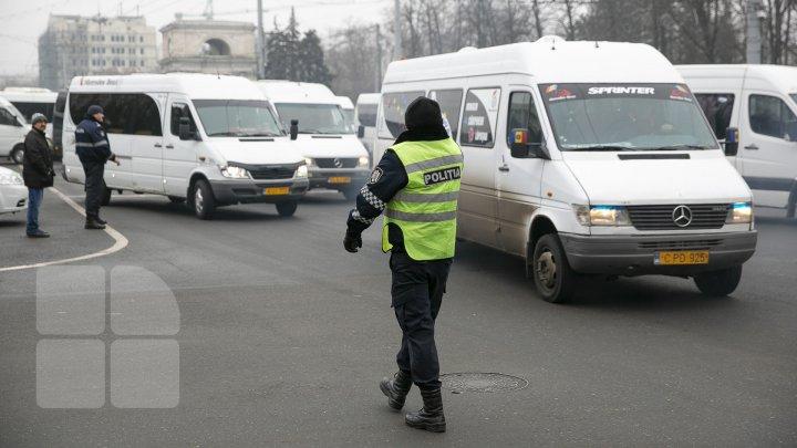 MOLDOVA, PARALIZATĂ! Transportatorii, în grevă, iar călătorii au stat blocaţi în autogări (FOTO/VIDEO)
