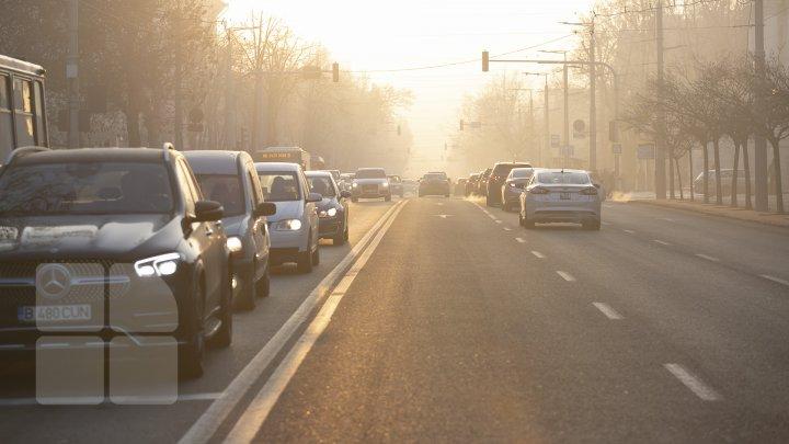 CONDUCEȚI CU PRUDENȚĂ! Ceață densă în Capitală. Străzile pe care se circulă cu dificultate