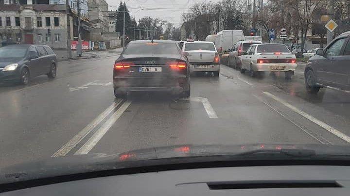 Un şofer teribilist, la un pas de a produce un accident. Uite-l cum circulă prin Capitală (FOTO)