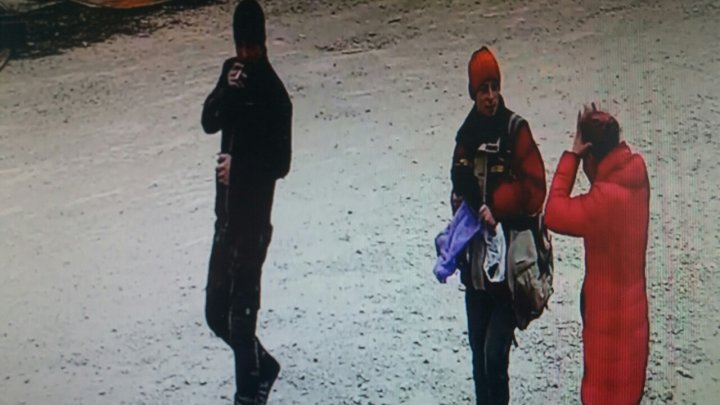 Poliţia, în ALERTĂ. Se caută trei suspecţi care au AGRESAT o persoană pe o stradă din Ialoveni (FOTO)