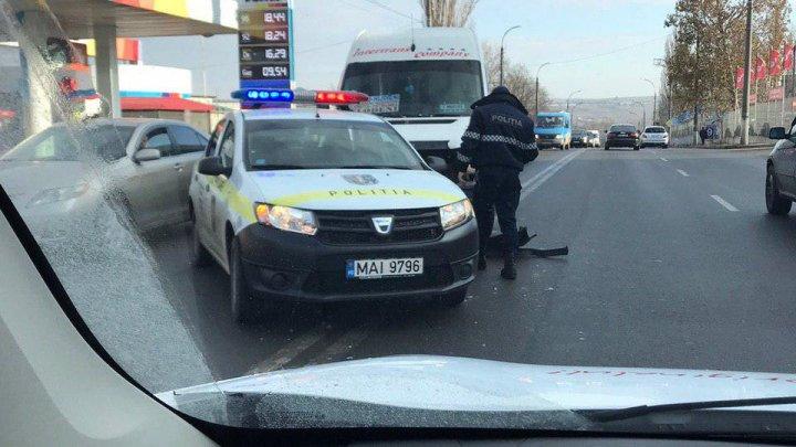 ACCIDENT GRAV în Capitală: Implicat un microbuz de rută şi o maşină a poliţiei (FOTO)