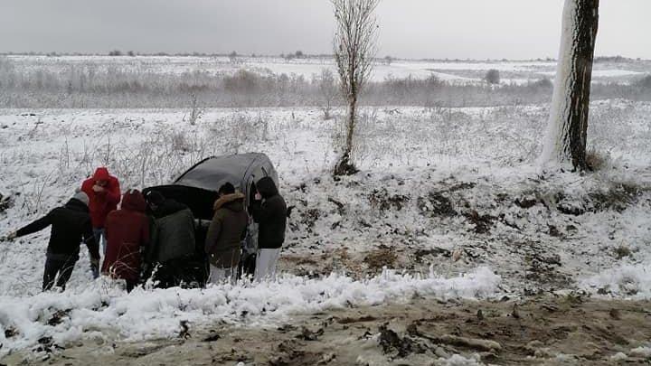 ACCIDENT GRAV în raionul Rezina. O maşină s-a răsturnat într-un şanţ. Poliţia, la faţa locului (FOTO)
