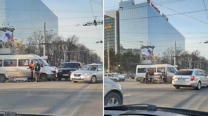 ACCIDENT GRAV în centrul Capitalei. Un microbuz de linie s-a ciocnit violent cu o maşină. Ambulanţa, la faţa locului (FOTO)