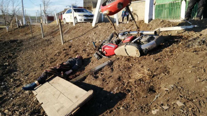 TRAGEDIE la Căuşeni. Un tânăr a murit pe loc, după ce s-a izbit cu motocicleta într-un stâlp