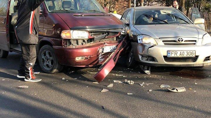 Accident violent la Botanica. Două maşini s-au făcut zob