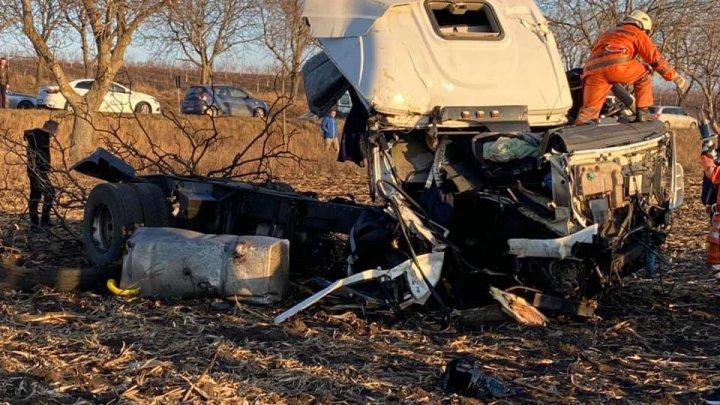 ACCIDENT DE GROAZĂ la Sîngerei. Un TIR, făcut praf. Şoferul a fost transportat la spital (FOTO/VIDEO)