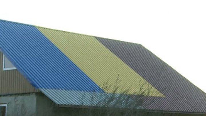 Un preot din raionul Cantemir şi-a făcut acoperişul casei din culorile tricolorului