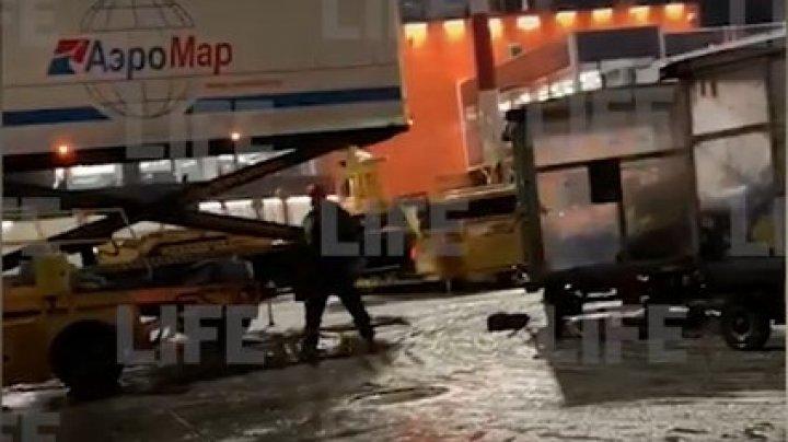Cum sunt încărcate bagajele în aeroportul din Şeremetievo. Un angajat a fost surprins cum aruncă cu nepăsare genţile într-un camion (VIDEO)