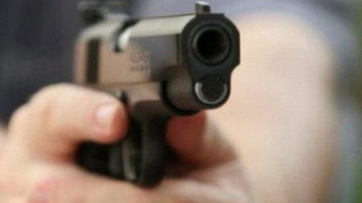 CRIMĂ TERIFIANTĂ în Capitală. O femeie, ÎMPUȘCATĂ MORTAL de propriul soț