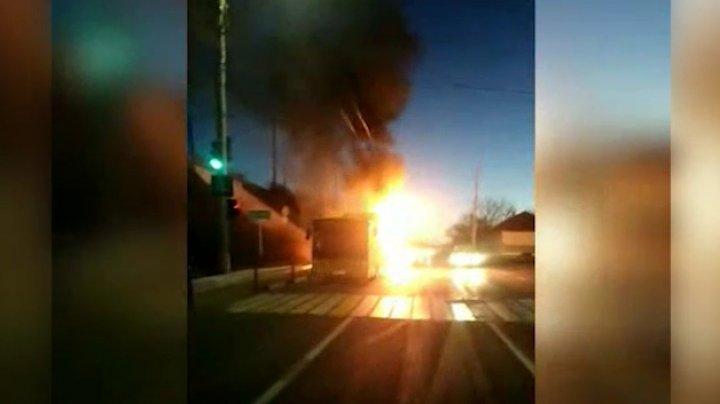A ars ca o torţă! Martorii au publicat video cum arde autocarul în care erau cei 15 muncitori