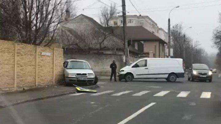 Accident în sectorul Buiucani din Capitală. Un şofer de taxi a ajuns cu maşina într-un gard (VIDEO)