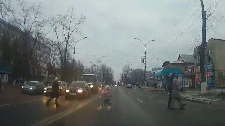 REVOLTĂTOR. Cum a fost filmată o femeie cu un copil mic pe o stradă din Ungheni (VIDEO)