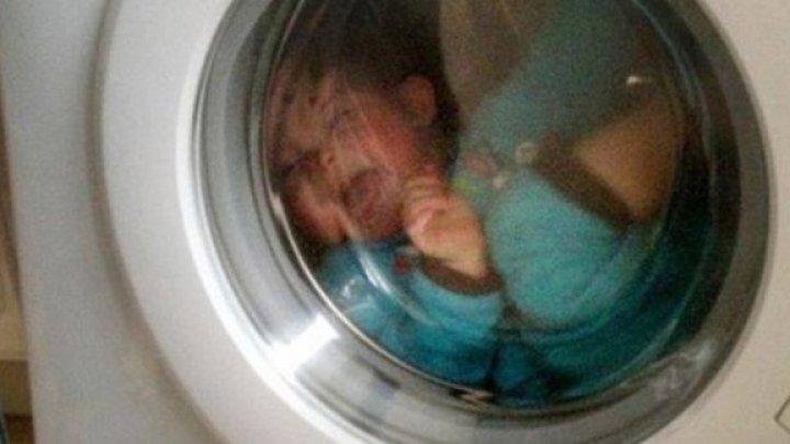 O mamă și-a găsit copilul în mașina de spălat aflată în acțiune. De ce nu a chemat ambulanța