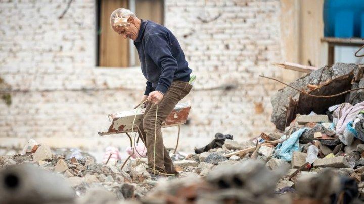 Un sat din Albania va fi ras de pe faţa pământului. Clădirile rămase vor fi dărâmate