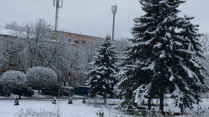 PEISAJ DE BASM la Făleşti. Zăpada a îmbrăcat oraşul în alb (FOTO)