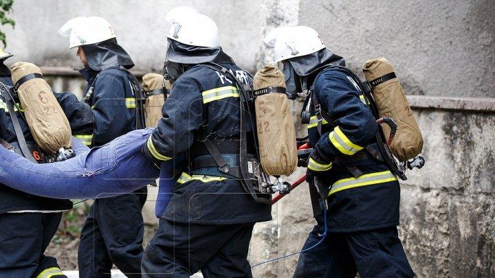 EXPLOZIE într-un apartament din Capitală. Pompierii au intervenit de urgenţă (FOTO)