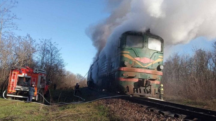 Pompierii, ÎN ALERTĂ. Un tren A LUAT FOC în apropiere de Vulcăneşti (VIDEO)