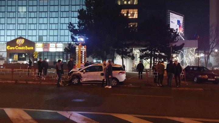 Accident violent în Capitală. O maşină a intrat în plină viteză într-un gard (FOTO/VIDEO)