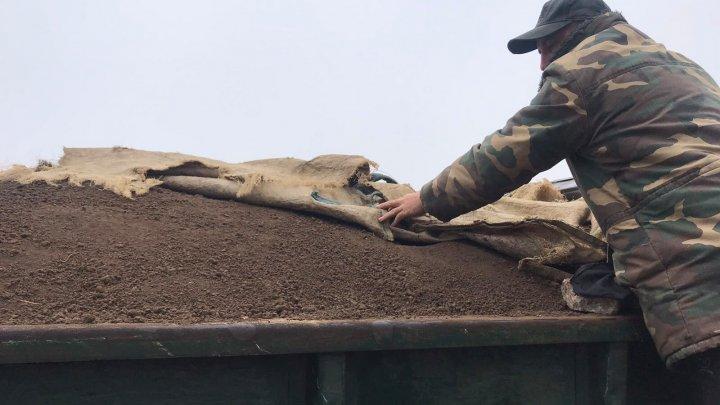 La Anenii Noi solul fertil se fură cu camioanele