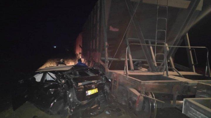 Un taxi, făcut zob de un tren marfar. Două persoane au fost transportate la spital (FOTO)