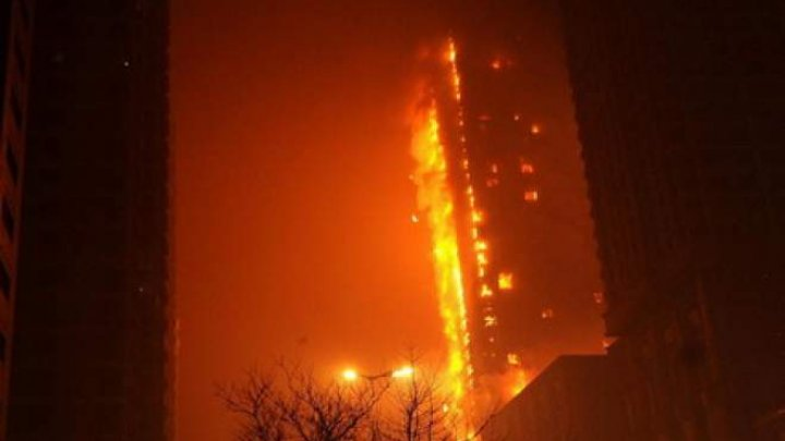 Incendiu uriaș în China. O clădire cu 25 de etaje a fost înghițită de flăcări (VIDEO)