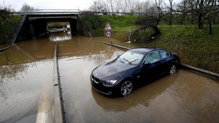 Inundații din Franța: Cinci persoane au murit, după ce trei salvatori s-au prăbușit cu elicopterul