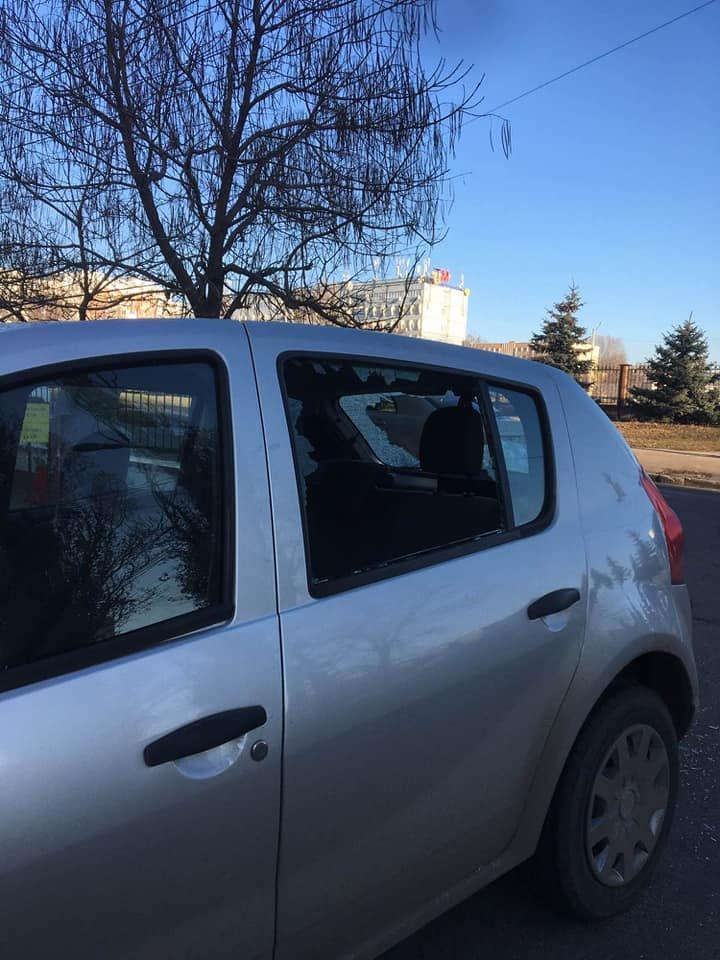 Dimineaţă cu ghinion pentru un şofer din Capitală. Vezi ce s-a întâmplat cu maşina acestuia (FOTO)