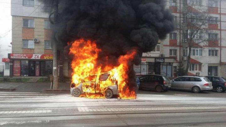 Un autoturism a fost făcut scrum pe o stradă din Botoşani. A ars ca o torţă (VIDEO)