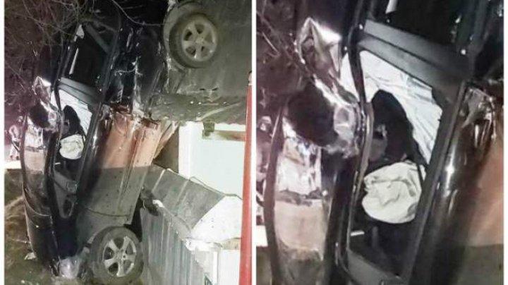 O mașină a ajuns pe casă, a distrus un acoperiș, iar apoi s-a oprit cu botul pe sol. Şoferiţa are 18 ani