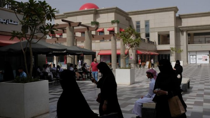 Decis! Femeile din Arabia Saudită pot intra în restaurante pe aceeași ușă ca și bărbații