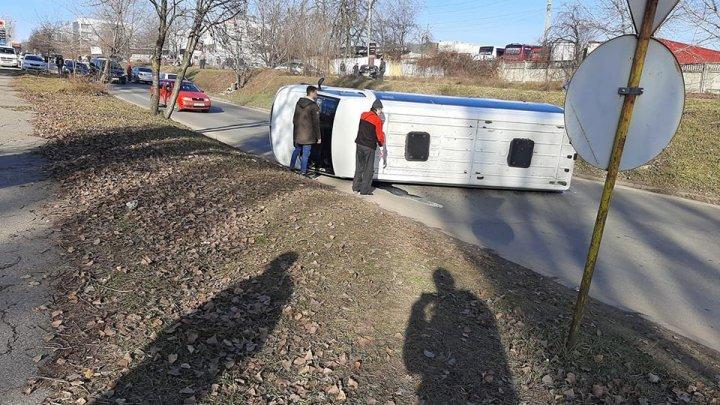 ACCIDENT în Capitală. Un microbuz S-A RĂSTURNAT în apropiere de Gara Auto Sud
