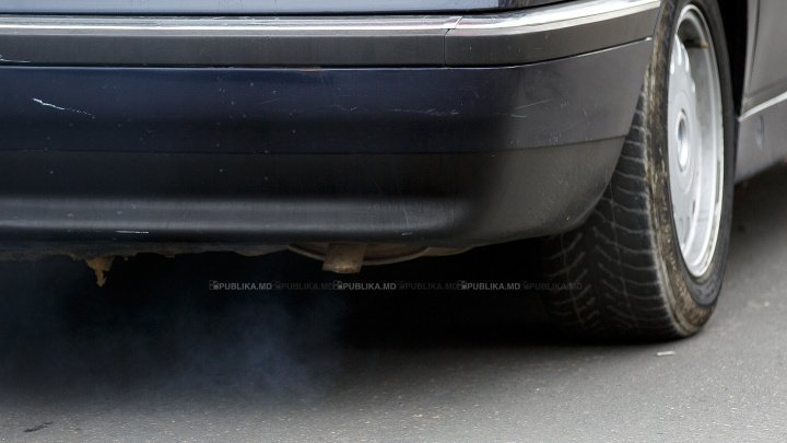 CULMEA NESIMŢIRII. Cum şi-a parcat maşina un şofer din Capitală (FOTO)