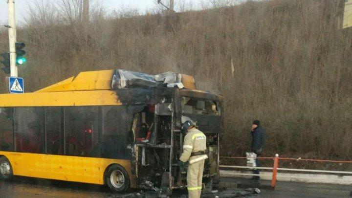 Un autobuz cu 15 persoane a luat foc într-o localitate din stânga Nistrului (VIDEO)