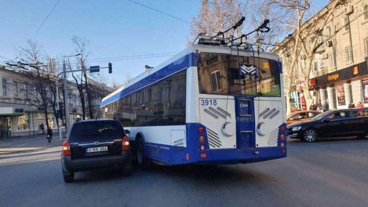 Accidentele se ţin lanţ. Un troleibuz s-a tamponat cu un automobil în centrul Capitalei (FOTO)
