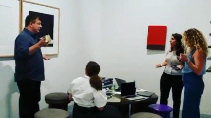 Un bărbat a mâncat renumita banană de 120.000 de dolari. Reacţia unui angajat al galeriei (VIDEO)