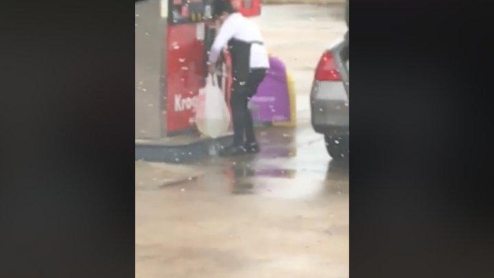 PROSTIE OMENEASCĂ. O femeie, filmată în timp ce punea benzină într-o pungă spartă, la o staţie PECO (VIDEO)