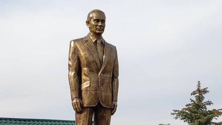 Vladimir Putin are o statuie aurită în Kîrgîzstan, lângă un WC