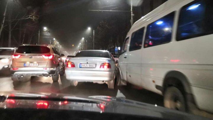 Nu au încăput. Un microbuz s-a lovit cu o maşină pe strada Belinski din Capitală (FOTO)