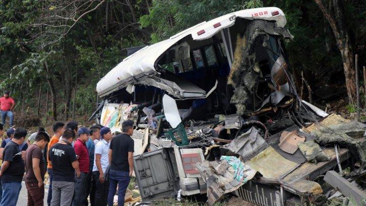 Tragedie în Guatemala. Zeci de persoane au murit, după ce un autocar s-a izbit de un camion