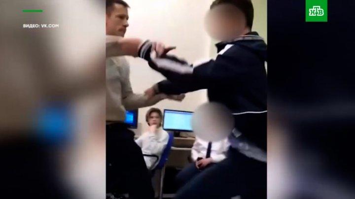 Imagini şocante într-o şcoală din Rusia. Un profesor de informatică îl ia la pumni pe un elev (VIDEO)