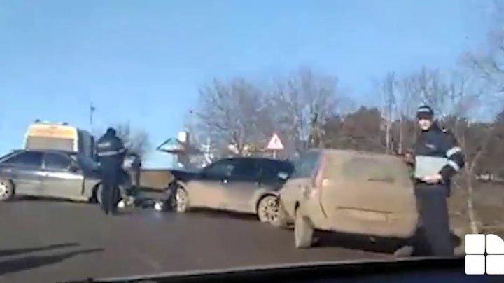 ACCIDENT ÎN LANȚ la Glodeni. TREI MAȘINI, implicate. Doi oameni, transportați la spital (VIDEO)