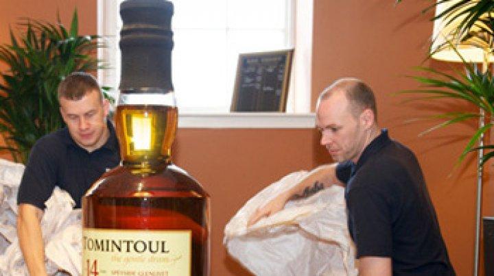 Cea mai mare sticlă de whisky din lume ar putea obţine la licitaţie peste 15.000 de lire sterline