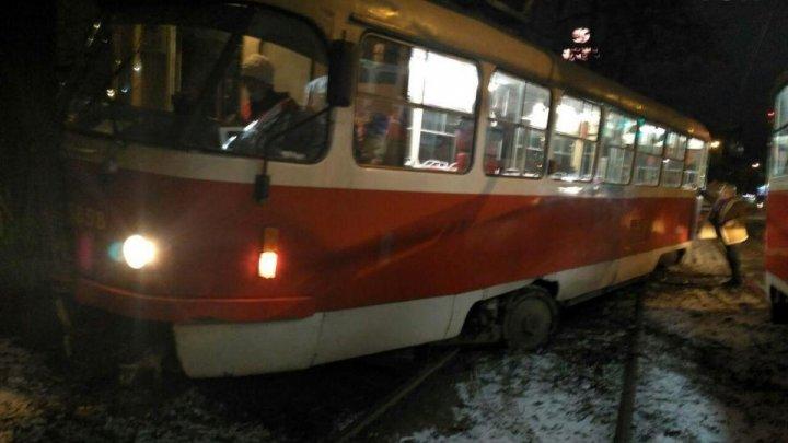 La Kiev, un tramvai a deraiat de pe şine şi a ajuns într-un copac