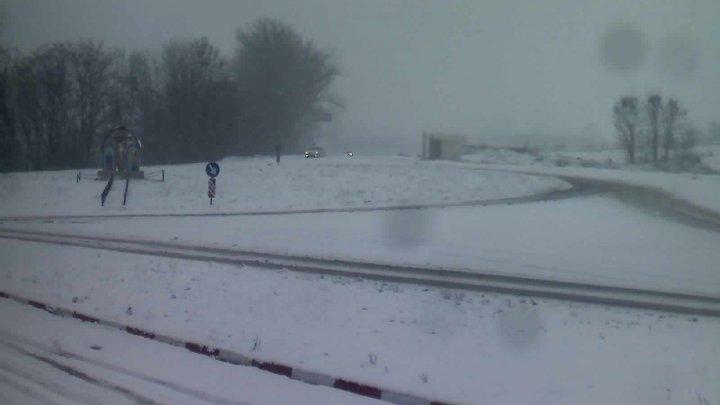 NINGE în Moldova. Pe mai multe drumuri din ţară se circulă în condiţii de iarnă. Şoferii, îndemnaţi să fie precauţi (FOTO)