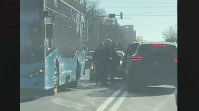 Accident în centrul Capitalei. Un autobuz şi două maşini s-au ciocnit pe bulevardul Ştefan cel Mare (VIDEO)