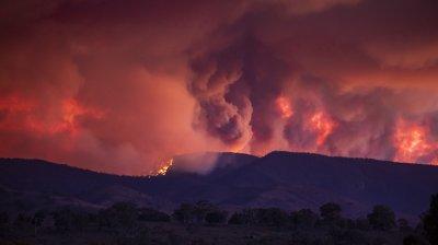 Un elicopter militar a dat foc unui parc naţional din Australia. Incendiul, cel mai mare din ultimii 16 ani din apropierea Canberrei (VIDEO)