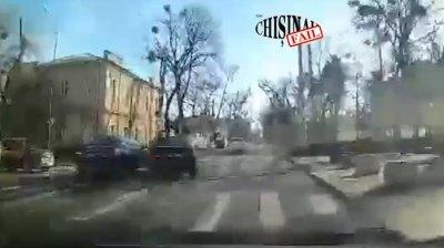 ACCIDENT din neatenţie. Două mașini s-au ciocnit violent într-o intersecției (VIDEO)