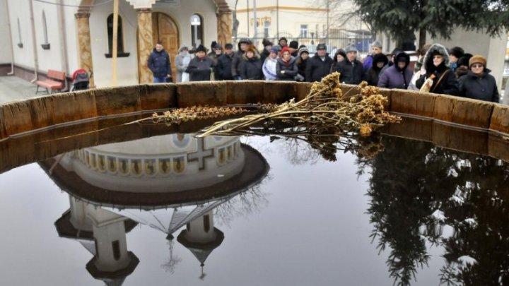 Scufundarea în apă de Bobotează este o tradiție bisericească sau din popor? Metropolia Basarabiei vine cu explicații